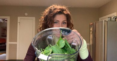 Building a great green smoothie! Why adding greens matters :) Let's make one together.
